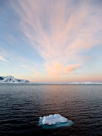 A small iceberg in the waters of Antarctica in 2005: will this be the sight soon, where all ice at the poles will be visibly melting?