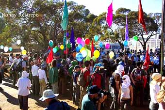 The crowd with helium-filled balloons approaches the fence: one of the last events of the Easter weekend on Sunday 20 April 2003
